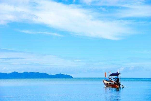 Bateau en bois sur la mer belle en vacances à la mer d'andaman thaïlande