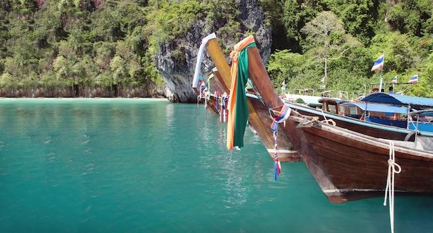 Bateau en bois de pêcheur et mer propre en thaïlande avec paysage de voyage en thaïlande