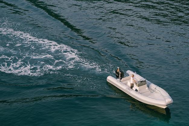 Un bateau en caoutchouc gris flotte sur la mer