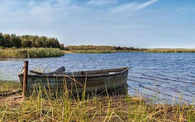 Bateau cassé au bord du lac