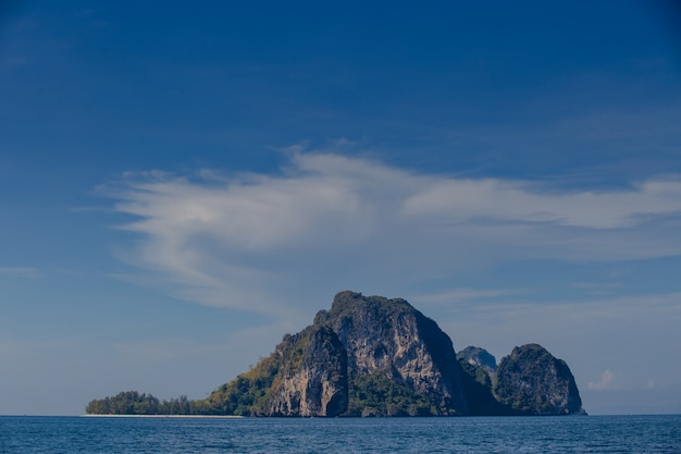 Bateau et ciel bleu avec mer