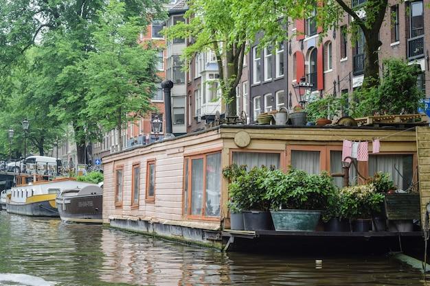 Bateau classique dans l'un des canaux d'amsterdam.