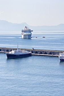 Le bateau de croisière arrive dans le port