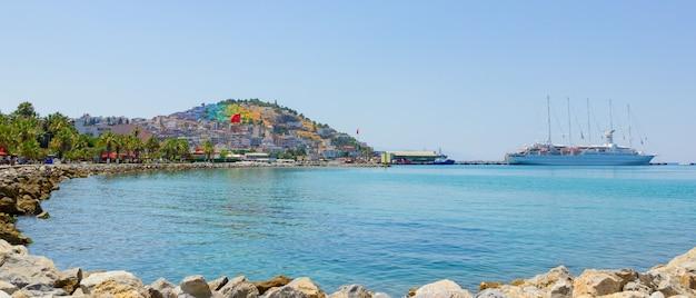Le bateau de croisière est situé sur le port de kusadasi, en turquie. vue panoramique dans la ville de kusadasi en turquie