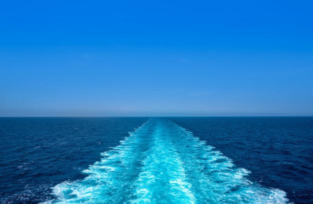 Bateau de croisière en sillage, mousse de lavage, mer bleue