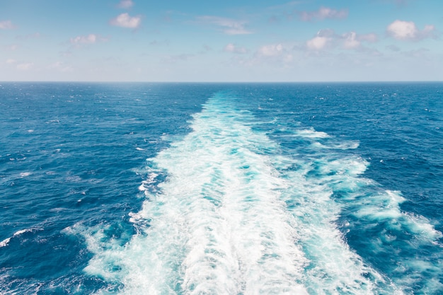 Bateau de croisière sillage ou sentier à la surface de l'océan