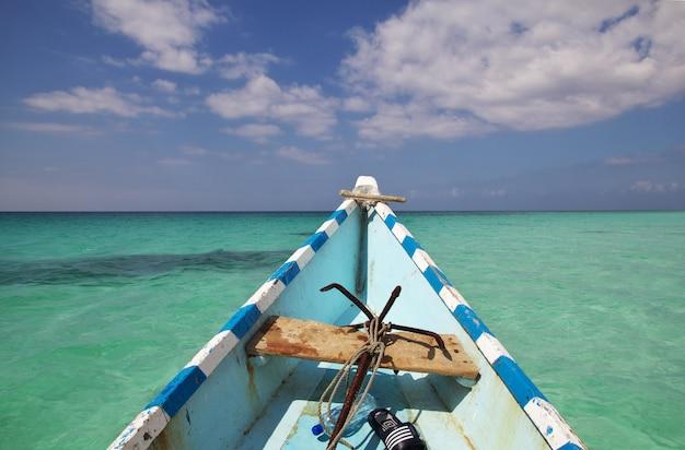 Le bateau dans la baie de shuab sur l'île de socotra, océan indien, yémen