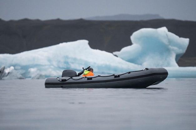 Bateau dans une lagune glaciaire, sud-est de l'islande