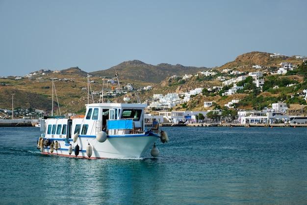 Bateau dans le port port de la ville de chora sur l'île de mykonos en grèce