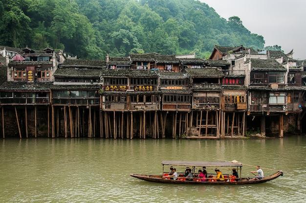 Bateau dans la rivière prendre les touristes à visiter la belle ville ancienne de fenghuang, en chine