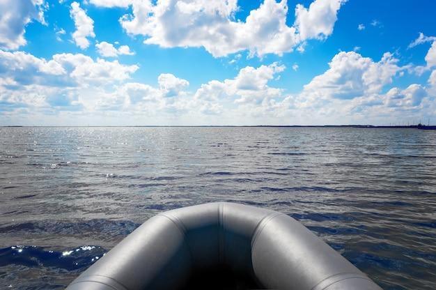 Bateau gonflable sur la large rivière au matin. proue du bateau