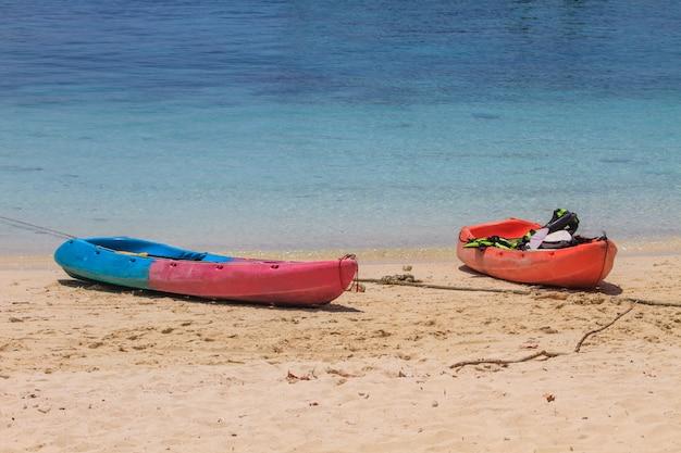 Bateau de kayak sur la plage de l'île de hong, krabi, thaïlande.