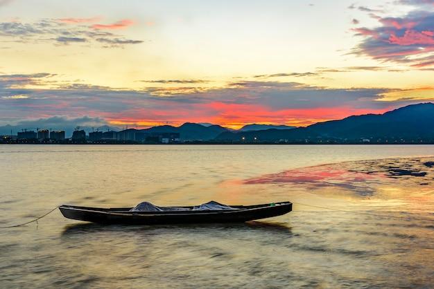 Bateau sur un lac au coucher de soleil