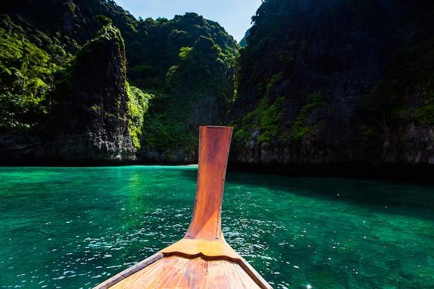 Bateau long et eau bleue à la baie de maya sur l'île de phi phi, krabi, thaïlande.