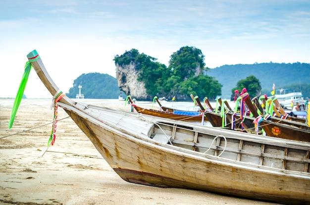 Bateau à longue queue garé sur la plage de sable, province de krabi, thaïlande.