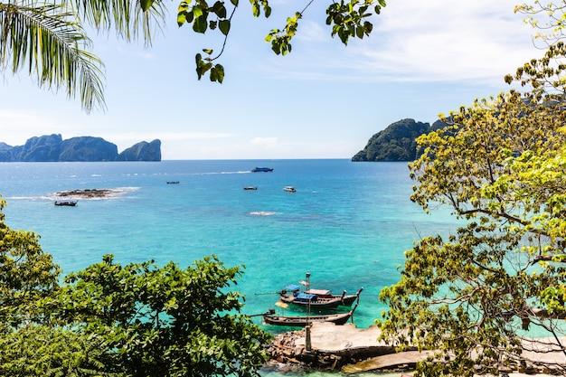 Bateau à longue queue à louer pour les touristes sur l'île de phi phi à krabi en thaïlande