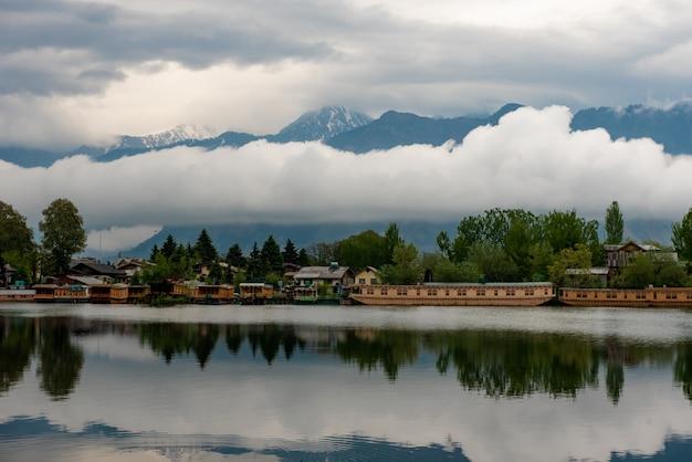 Bateau maison dans le lac pour les services touristiques à srinagar cachemire, inde.