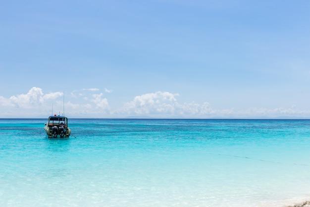 Bateau sur mer claire et sable avec fond de ciel bleu à phuket, thaïlande