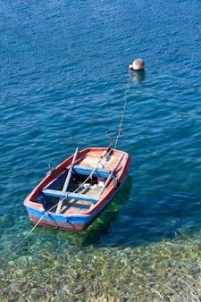 Bateau sur la mer de fiscardo