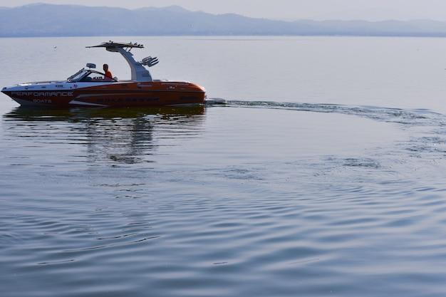 Bateau à moteur dans la mer