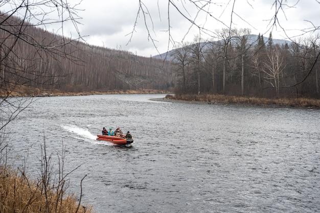 Bateau à moteur gonflable. bateau de pêche sur une rivière de montagne.