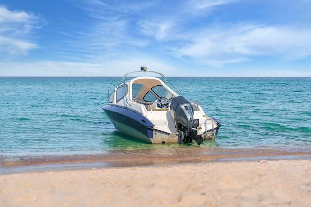 Un bateau à moteur de mer garé dans la lagune près du littoral, voyage des vacances d'été