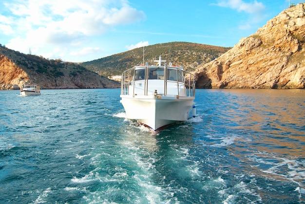 Bateau à moteur naviguant sur la mer près de la côte. paysage marin