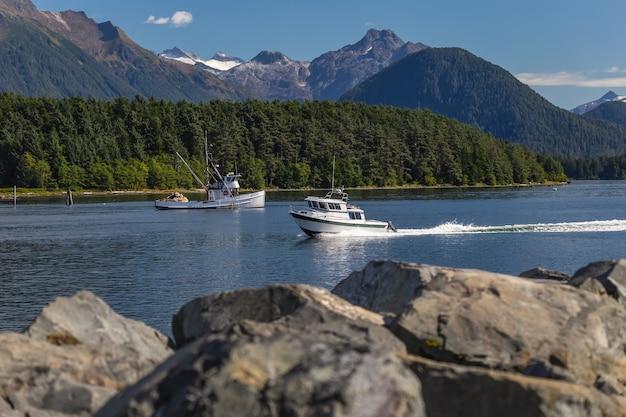 Bateau à moteur de pêche naviguant rapidement dans le port