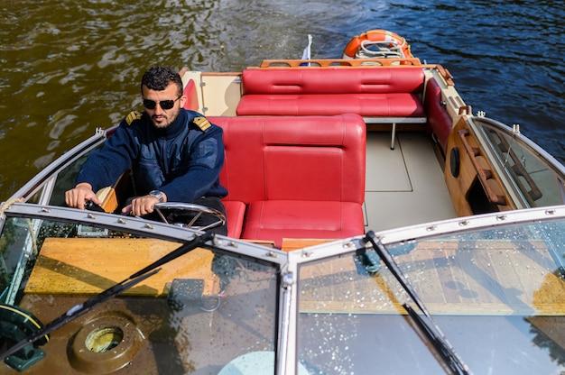 Bateau à moteur rétro sur la rivière moika