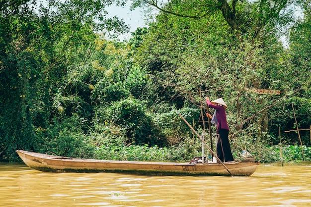 Bateau naviguant le long du mékong au vietnam