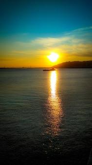 Le bateau navigue sur la rivière à l'aube