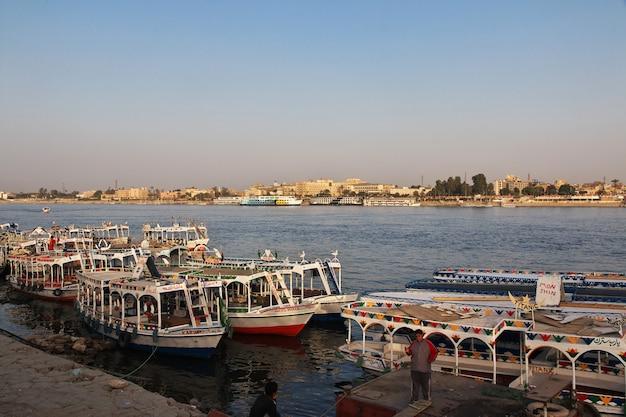 Bateau sur le nil dans la ville de louxor, egypte