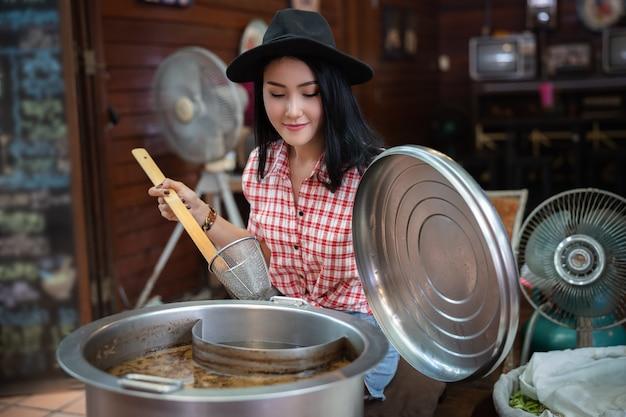 Bateau de nouilles femmes de style thaïlandais à amphawa en thaïlande