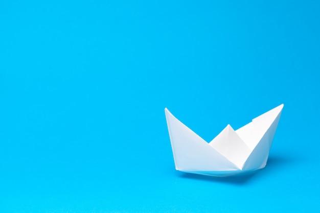 Bateau en papier origami sur bleu