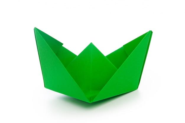 Bateau en papier origami isolé sur blanc