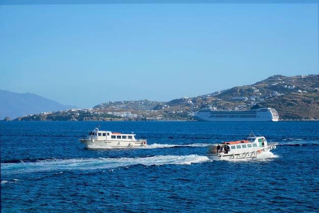 Bateau et paquebot de croisière est la mer égée chora île de mykonos grèce