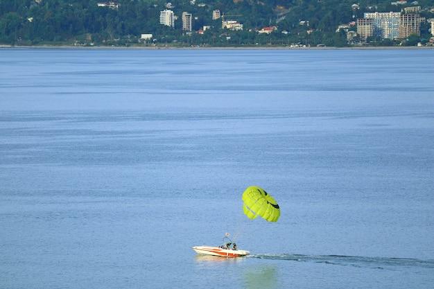 Bateau de parachute ascensionnel sur la mer noire, la ville de batumi, géorgie de l'adjarie