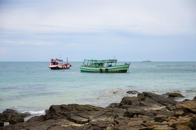 Bateau de passagers en mer avec plage de pierre