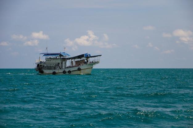 Bateau de passagers en mer de thaïlande