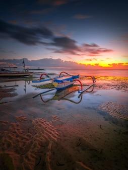 Bateau de pêche l'après-midi au coucher du soleil