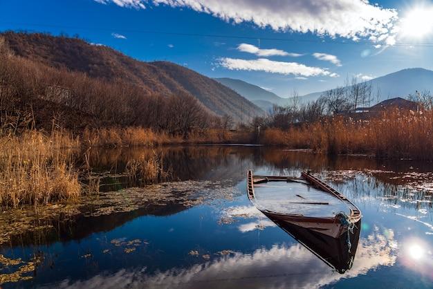 Bateau de pêche coulé dans le lac