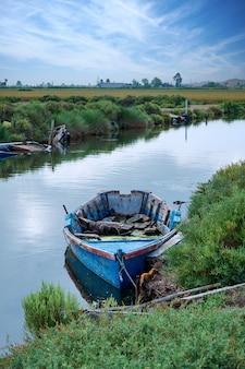 Bateau de pêche dans le delta de l'èbre