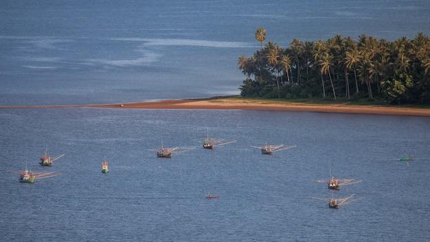 Bateau de pêche dans le golfe de thaïlande