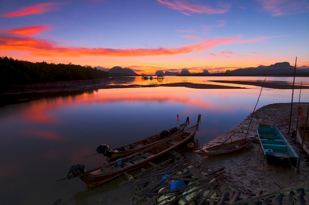Bateau de pêche dans la lumière du matin d'or pêcheur de pêche au début du matin d'or