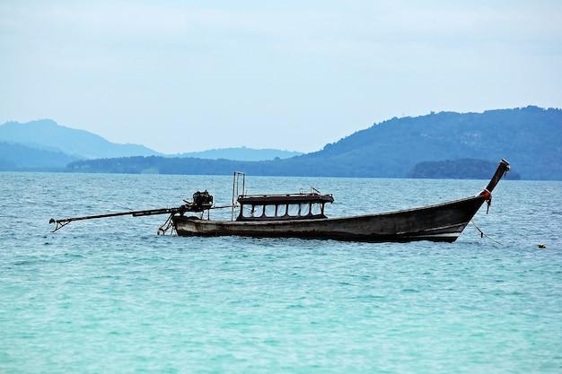 Bateau de pêche dans la mer
