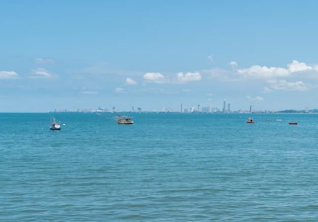 Bateau de pêche dans l'océan