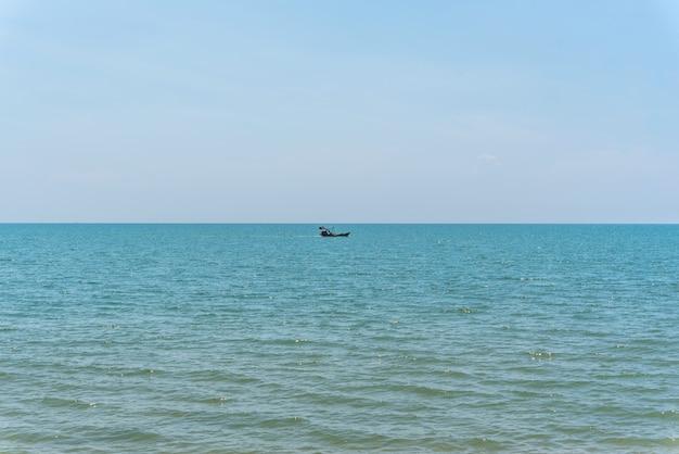 Bateau de pêche est en train de pêcher en mer bleue ou océan