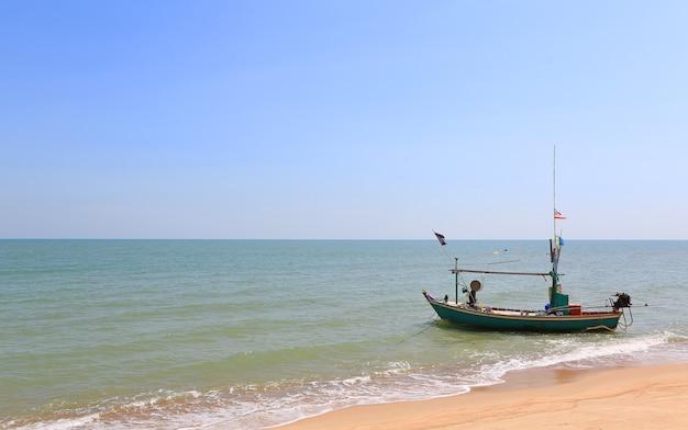 Bateau de pêche flottant sur la plage de la thaïlande côté mer.