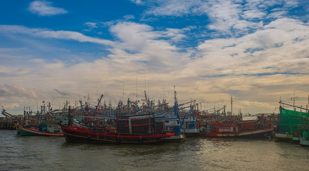 Bateau de pêche folklorique thaïlandais un bateau de pêche en mer