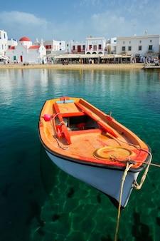 Bateau de pêche grec au port de mykonos